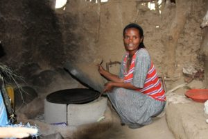 Ny ovn: Ehtnesh har fått ny ovn på kjøkkenet. Nå sparer hun tid på vedsanking og dessuten slipper hun å bli røykforgiftet i eget hjem når hun lager mat til mannen sin og de to barna deres. Foto: Line Venn