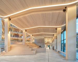 I 2019 åpnet Finansparken i Stavanger, et av Europas største næringsbygg i tre, med bærekonstruksjoner, himlinger og innredningsløsninger levert av Moelven. Foto: Sindre Ellingsen